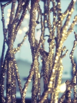 Gold glitter branches place in a vase are a great way to add some sparkle. (Pinterest)